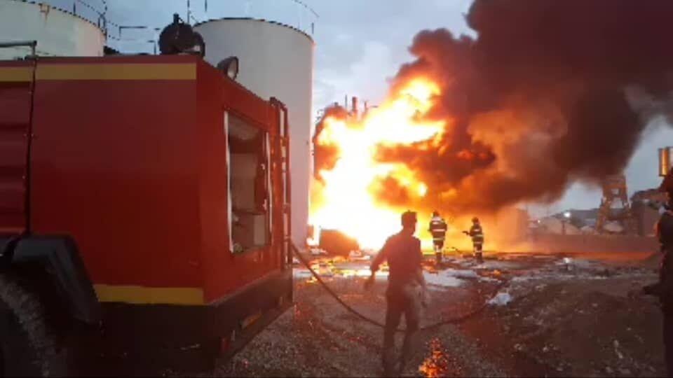 خبرنگاران بخشی از کارخانه تصفیه روغن قروه دچار آتش سوزی شد