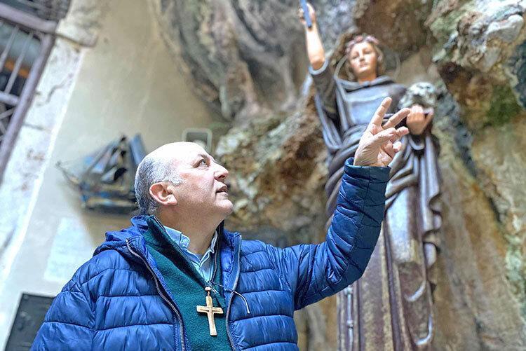 ترفند ایتالیایی ها برای مبارزه با کرونا ، خواندن سرود و دخیل بستن به مجسمه قدیس